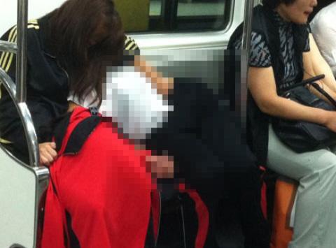 6호선 민망 커플 지하철 묘한 자세? 알고 보면 착시 사진