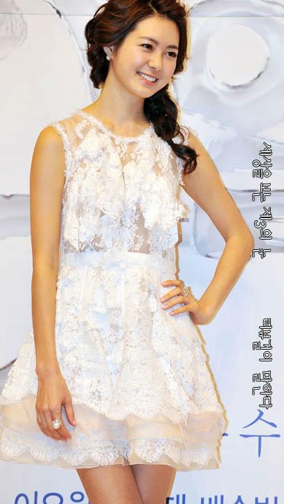 이요원 '통통한 볼살' 초미니 드레스 몸매