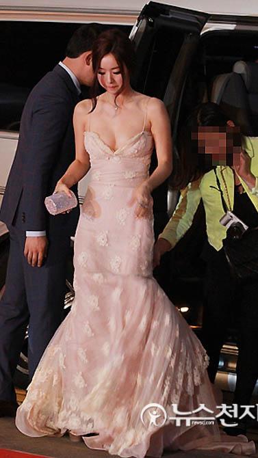 부산국제영화제 홍수아 드레스 입고 밴에서 내리는 장면